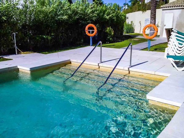 acceso a piscina reformado